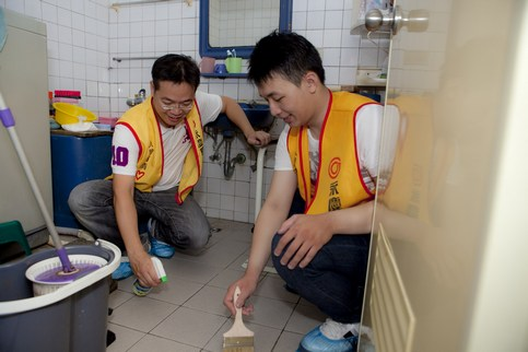 老年化社會來臨 家卻危機四伏 永慶房屋志工協助獨居老人從浴室改善做起